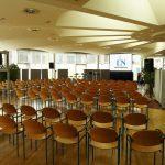Eine Hellraumleinwand vom Bemaer und Leinwandverleih Hamburg ermöglichte den Mitarbeitern der Lübecker Nachrichten gut lesbare Projektionsergbisse in der gläsernen Mensa. Bemaer und Leinwandverleih Hamburg