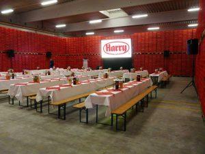 Eine von Gain 26 Hellraumleinwand ermöglichte bei der Betriebsratssitzung der Firma Harry Brot in Schenefeld eine kontrasstarke gut lesbare Projektion.