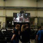 Revosoft's Team Leinwand und Beamer Vermietung Hamburg ermöglichte mit einer Gain 26 Hellraumleinwand und einem 15.000 ASNI Lumen 2K LCD Projektor trotz Einfall von Tageslicht eine brillante und gut lesbare Großbildprojektion in einer Produktionshalle für eine Betriebsratssitzung.