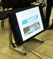 Projektor ausleihen Hamburg, LED / LCD Displays im Bereich 37, 42, 46, 50 oder 55 Zoll können sehr einfach mit unseren Monitorbodenständern als Kontrolldisplays bei Diskussionsrunden, Tagungen und Veranstaltungen verwendet werden.