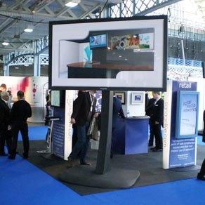103 Zoll Plasma Display mit 40.000:1 Kontrast und einer Leuchtdichte von 1000 cd/m². Plasma Monitor leihen Hamburg, LCD Display Vermietung Hamburg