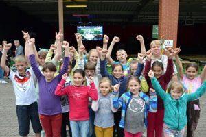 Gain 26 Hellraumleinwände ermöglichten beim EM 2016 Public Viewing beim ASB in Barsinghausen ein kontrastreiches Fußballerlebnis, sowohl am Tag wie auch am Abend. Beamer ausleihen Hamburg